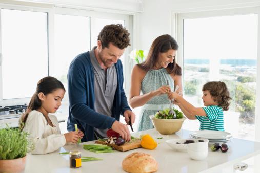 Apprendre bien manger la cantine famille magazine for Manger a la maison