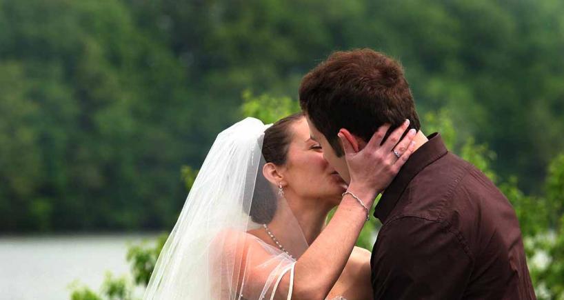 pourquoi les adultes s'embrassent sur la bouche expliqué aux enfants