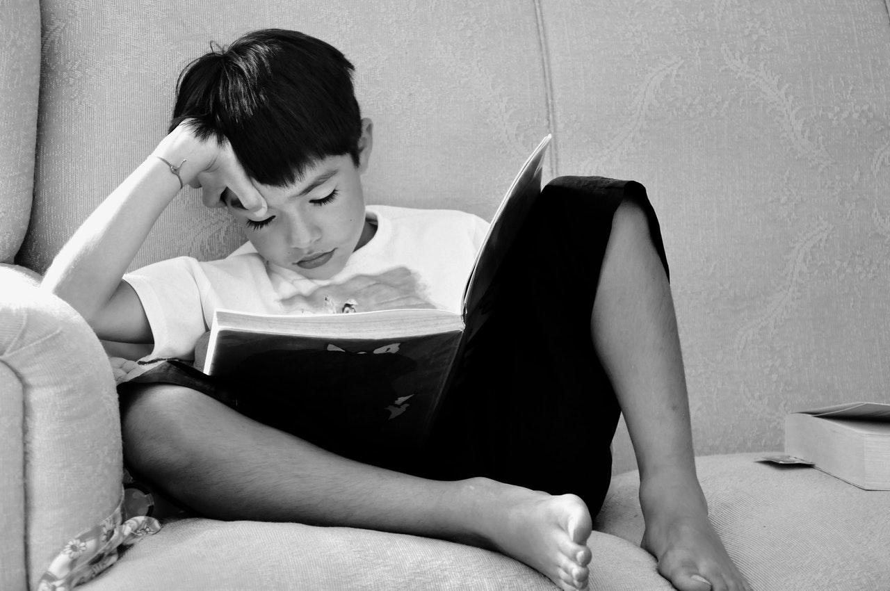 Garçon qui lit