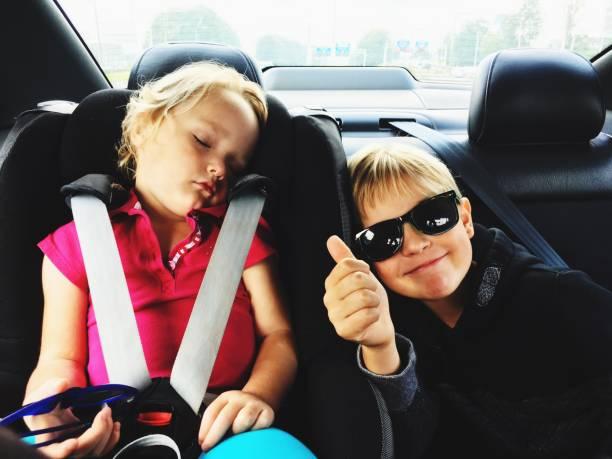 Enfants à l'arrière d'une voiture lors d'une sortie en famille