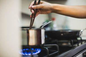 Casserole sur un feu fonctionnant au gaz