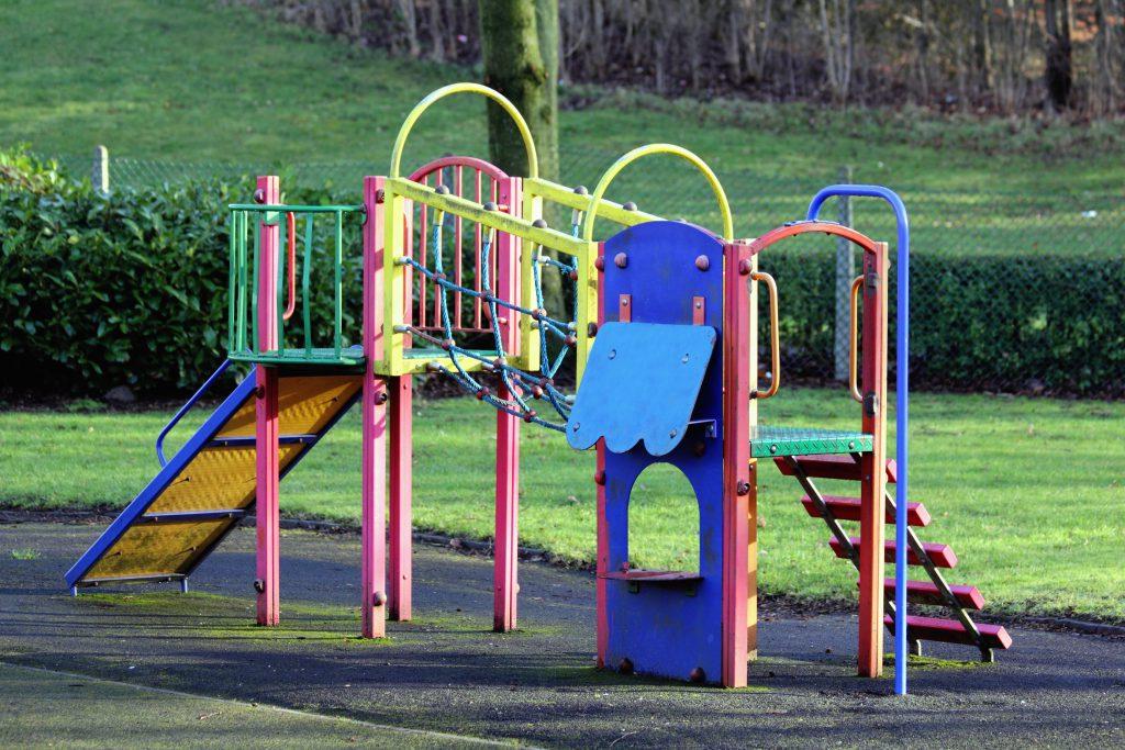 Aire de jeux extérieure pour enfants avec un toboggan dans un parc