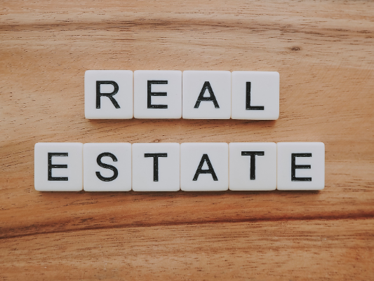 """Real estate"" écrit en lettres de scrabble"