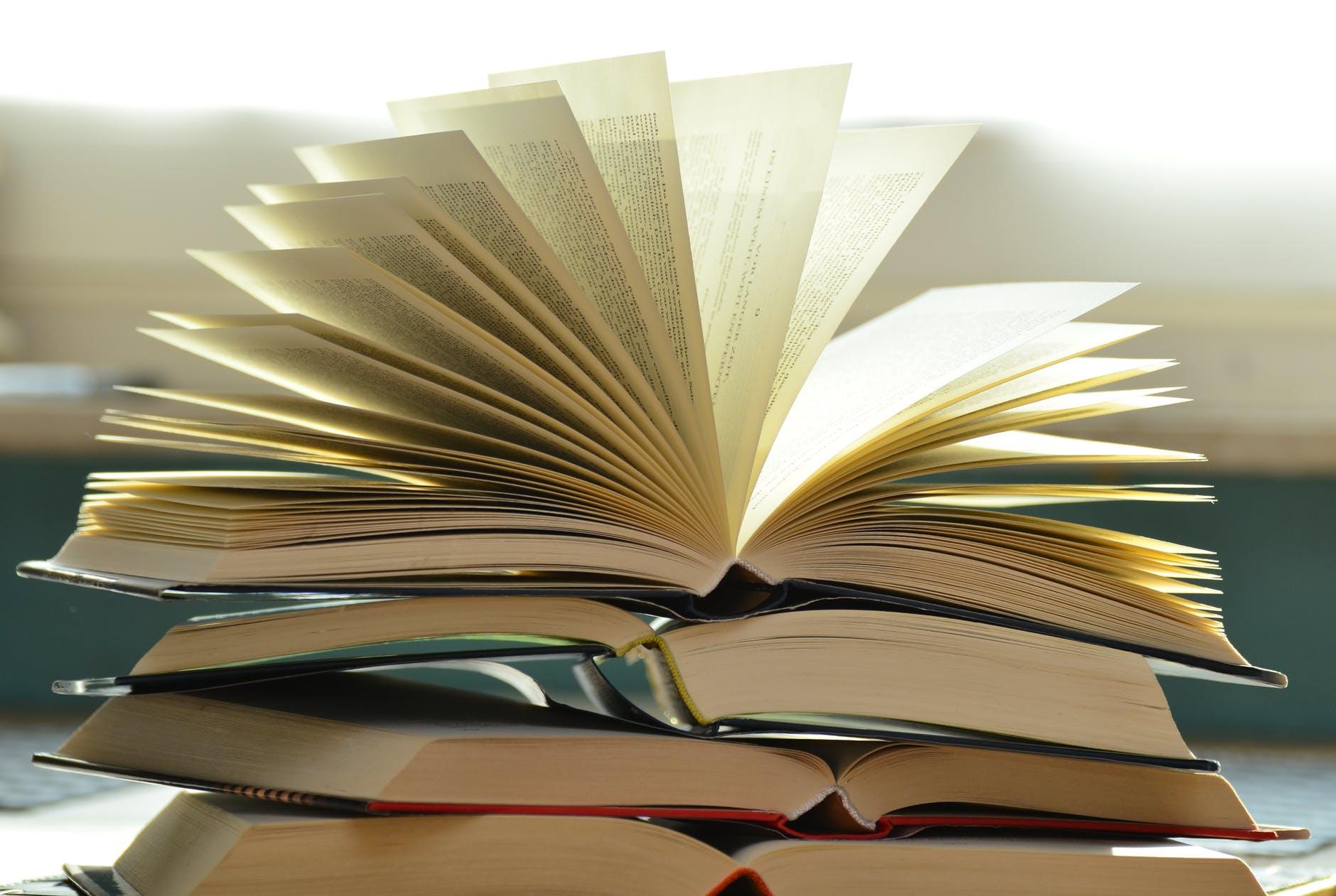Pile de livres ouverts