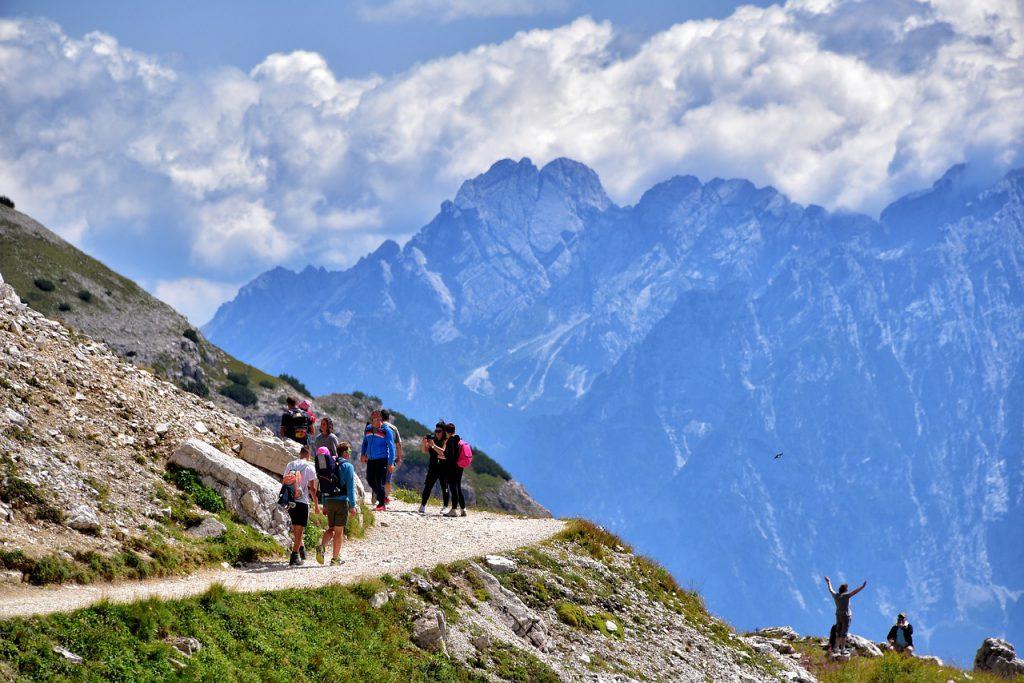 personnes faisant une randonnée en montagne