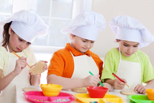 Enfants suivant un cours de cuisine