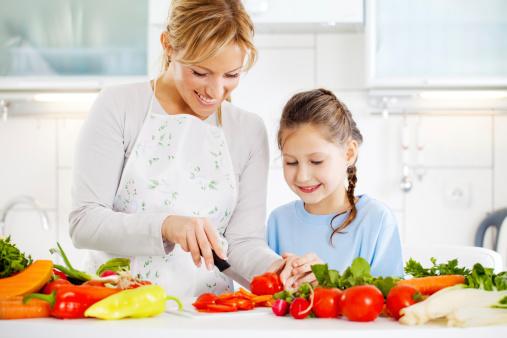 Maman et fille cuisinent