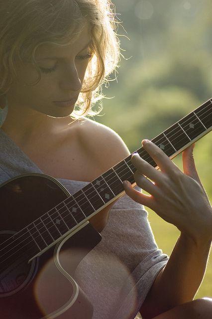 jeune-femme-joue-guitare