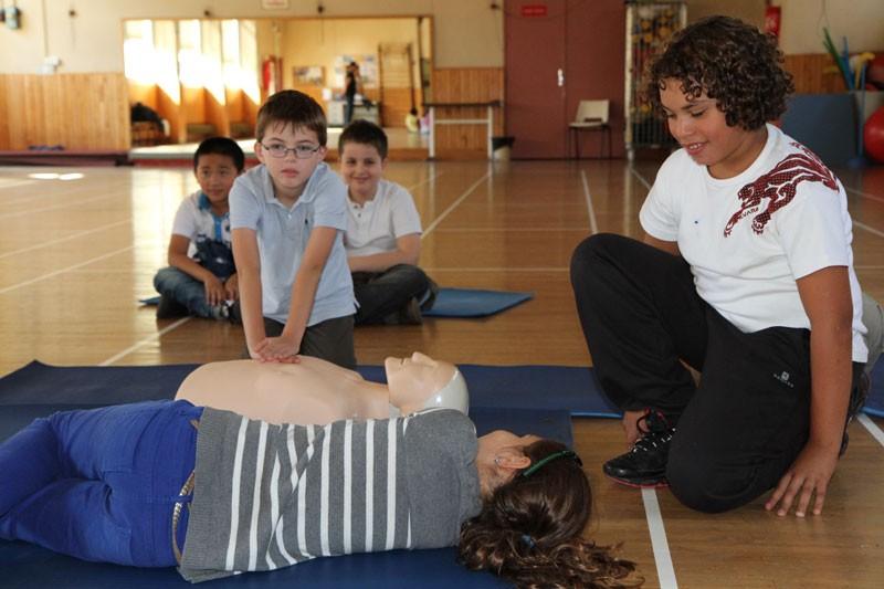 une formation de secourisme à l'école