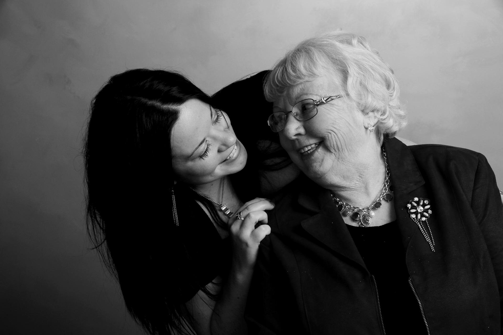 Une grand-mère et une femme se regardent avec complicité