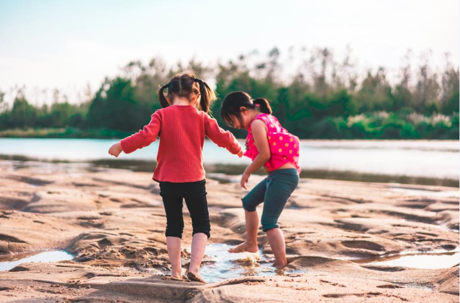 Deux soeurs en train de jouer sur la plage
