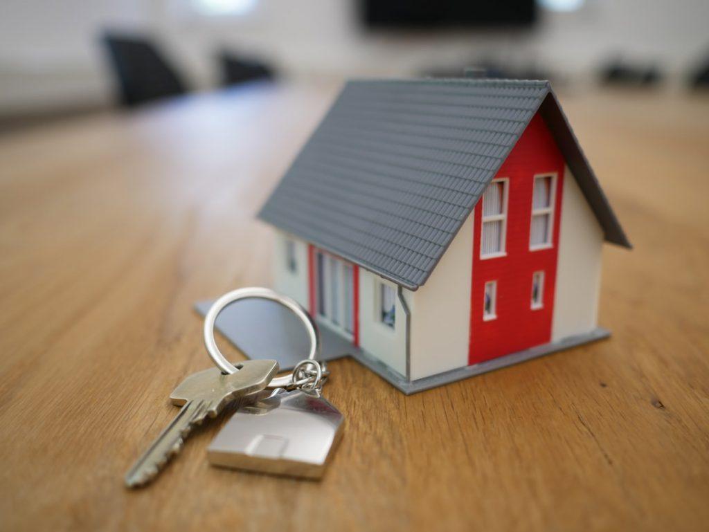 Porte-clés en forme de maison pour une vente immobilière