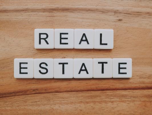"""""""Real estate"""" écrit en lettres de scrabble"""