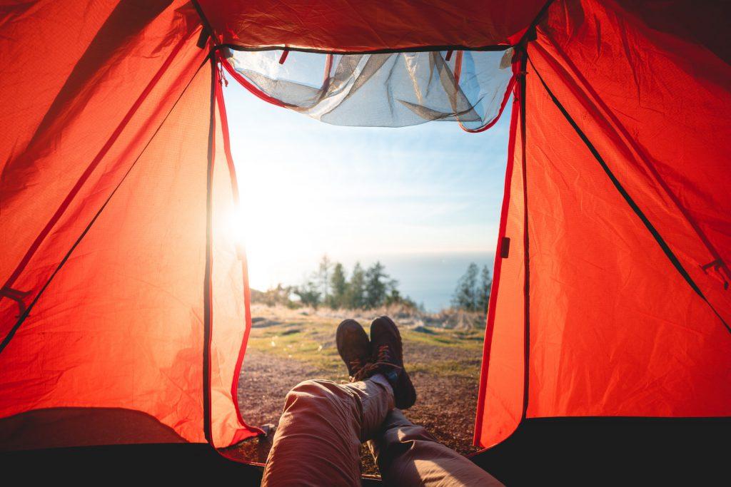 vacances en famille tente de camping vue de l'intérieru