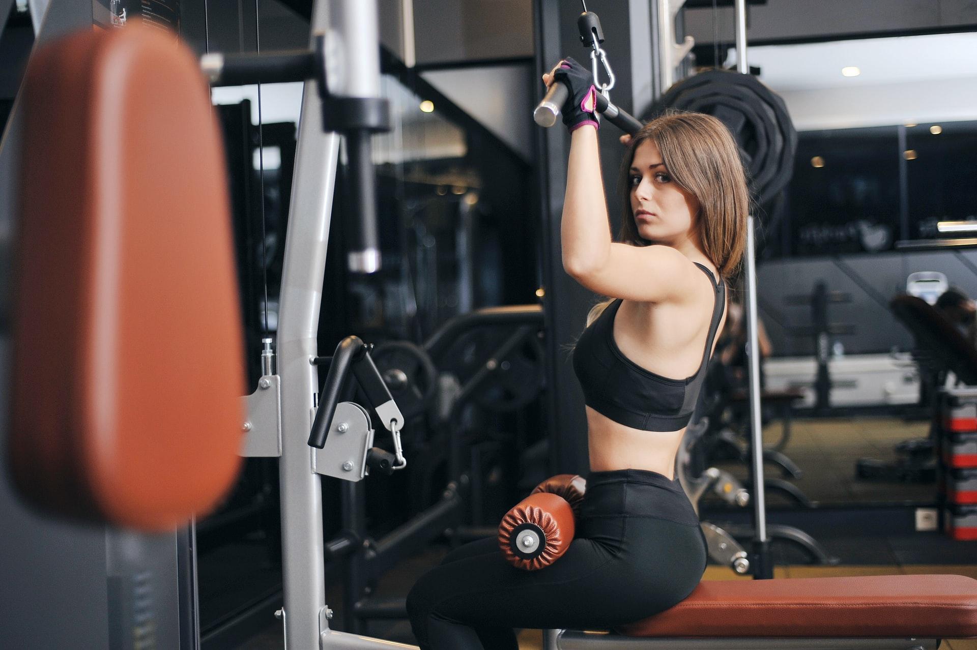 salle de sport avec une femme sur une machine